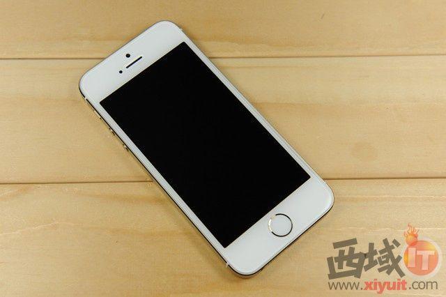 (中关村在线成都行情)苹果iPhone 5S拥有指纹识别功能,安全性能极高,硬件上采用了双核处理器,配1GB RAM+16GB ROM内存组合,搭载了iOS 7.0操作系统,整机运行非常流畅。目前iPhone 5S在经销商乐山酷玩通讯处报价3780元。有兴趣的朋友不妨多加关注下。  图为:苹果 iPhone 5S 手机   外观方面,同与以往iPhone的深空灰、深空银两种颜色设计,除了iPhone 5c配有多种颜色外,iPhone 5s同样配备了除黑、白之外的深空金版本,更加丰富了我们对iPhon